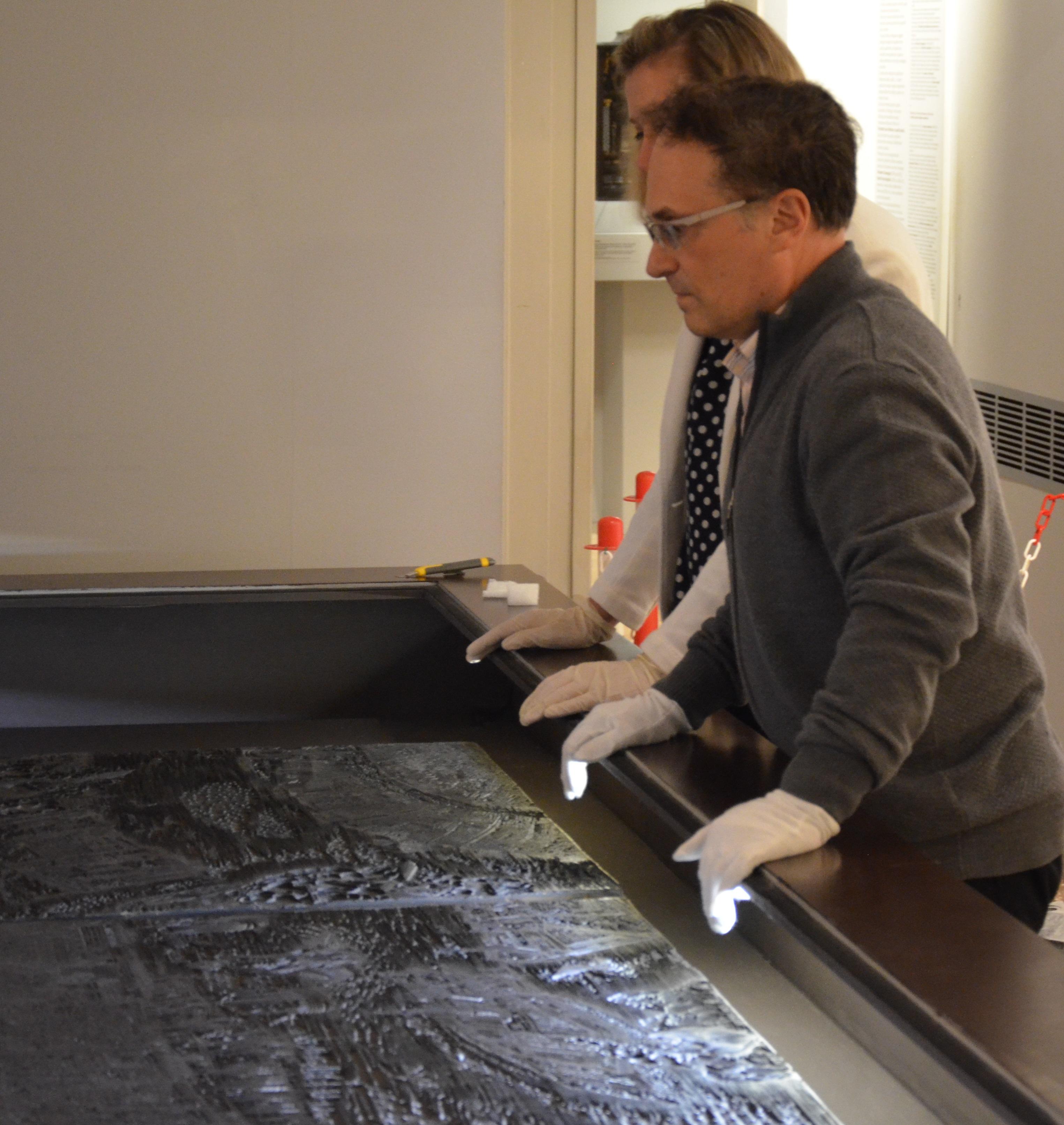 Apertura della vetrina con le matrici del de' Barbari alla presenza dell'arch. Andrea Bellieni e della dott.ssa Kristin Lanzoni